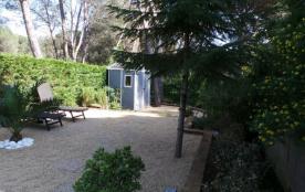 une partie du  jardin avec douche solaire