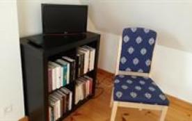 La chambre avec quelques livres et petite TV