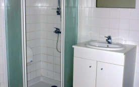 une salle d'eau confortable