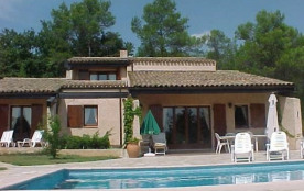 Ravissante villa à 2,5km de Flayosc, entourée d'un immense jardin avec une piscine privée.
