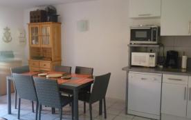 Coquet pavillon T3, 6 couchages, située au Mas de la Clape, rue des saumons à Narbonne plage. Bea...