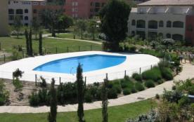 Dans une résidence sécurisée avec 2 piscines et 1 tennis, T3 en rez-de-jardin.