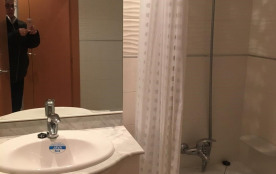 1 salle de bain avec baignoire