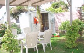 jardin avec tonnelle et cabine de plage