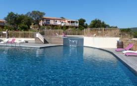 Jolie et confortable maison avec piscine à débordement de 300m2, jardinet privé