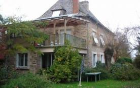 Cette grande maison confortable rénovée en 2008 est située dans un hameau au calme à 1 km du vill...