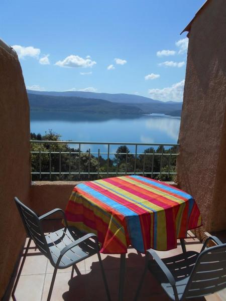 Terrasse avec salon de jardin   vue sur le lac