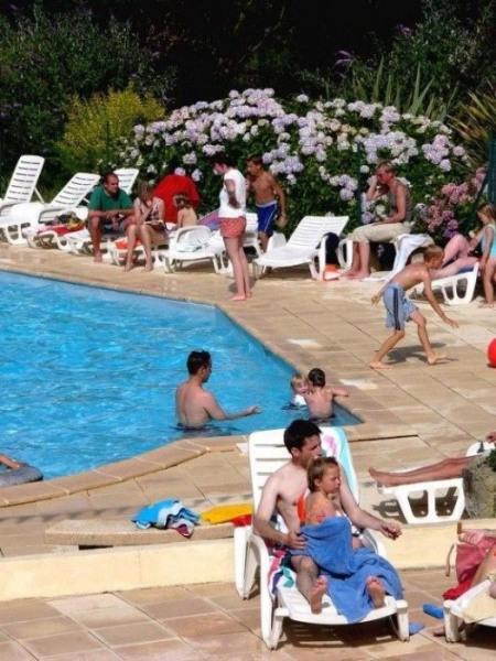 Bretagne, Finistère, entre Brest et Quimper, à l'entrée de la Presqu'île de Crozon : Camping 4**** avec piscine, « tr...