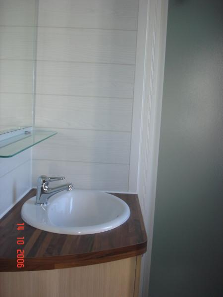 Salle de bain avec cabine de douche (WC séparé).