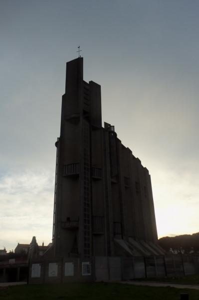 ROYANla cathédrale moderne domine laaa ville