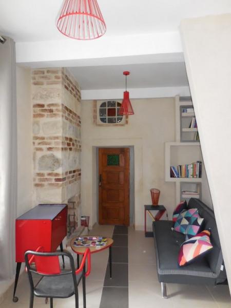 vue du salon avec le coin TV et une petit bibliothèque