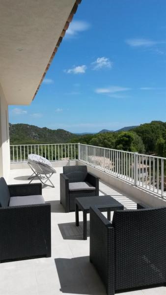 terrasse avec salon et fauteuils vue maquis