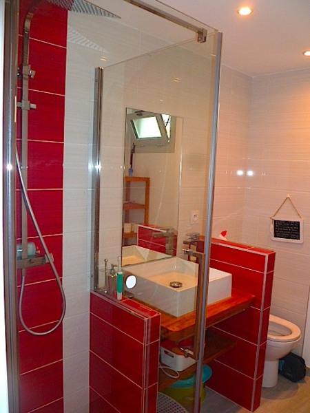 Salle de douche rouge