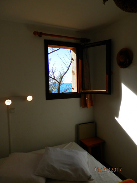 chambre avec fenêtre sur mer et pinède