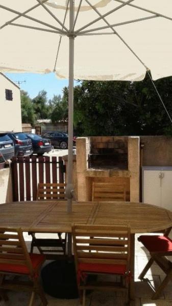 cour avec salon et barbecue