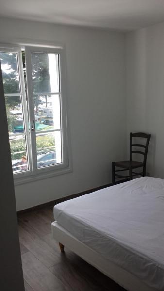 La chambre parentale dispose d'un lit double (140 x 190), penderie & placard