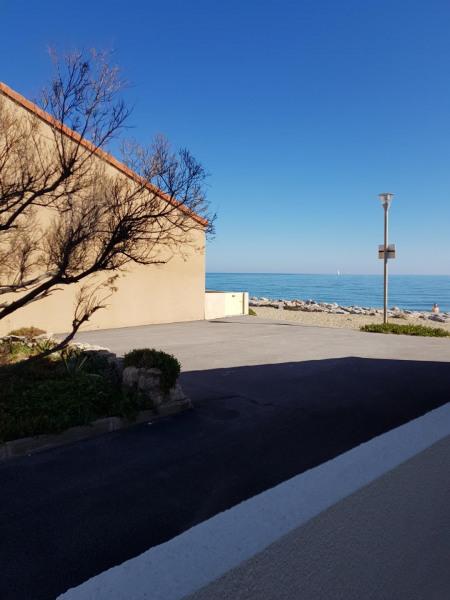 Vue de la terrasse sur la placette et la mer