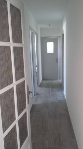 Le couloir distribue les chambres, la salle de bain et le WC .