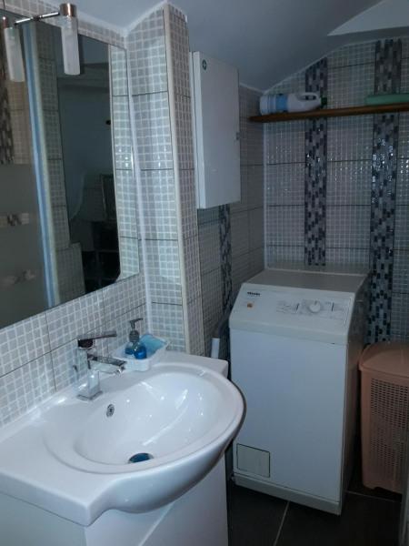Salle douche avec machine à laver