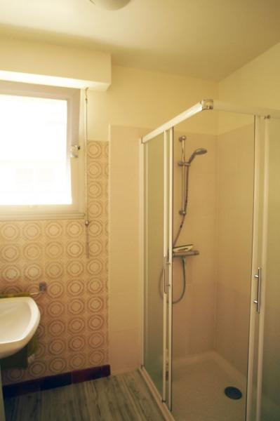 Salle d'eau douche et lavabo