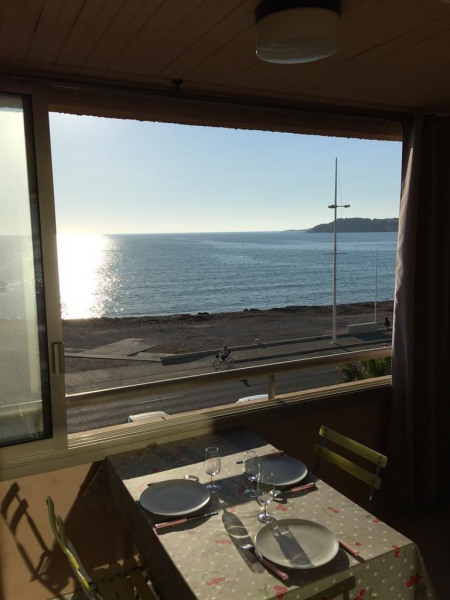 Repas dans loggia vue mer