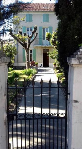 la maison vue du portillon sur rue