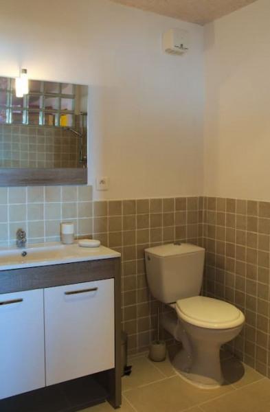 Autre partie de la salle de bain avec lavabo et toilettes