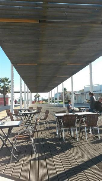 Kyklos terrasse avec restaurants en bord de plage et concerts