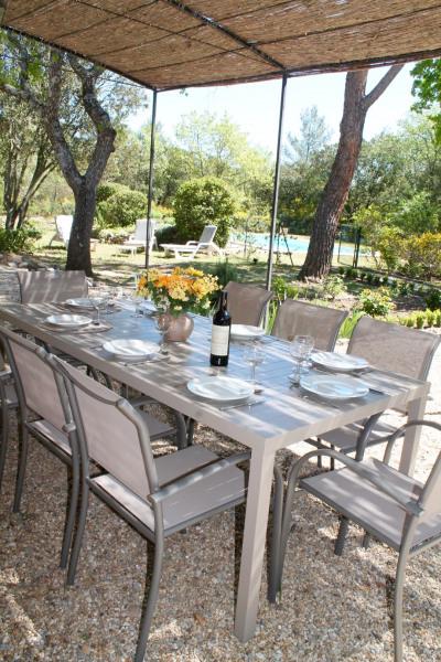 tonnelle exposée au sud et vue sur la piscine et le jardin