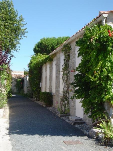 rue fleurie dans petit bourg en face maison