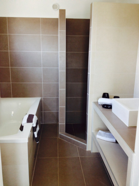 Grande salle de bain privée (douche et baignoire)