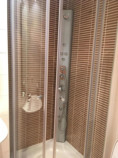 1 salle d'eau douche à jets