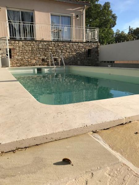 Villa climatisee avec piscine sécurisée dans un cadre de verdure.