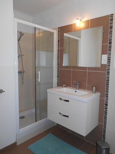 Salle de bain moderne, grande douche et fenêtre sur jardin. WC séparés