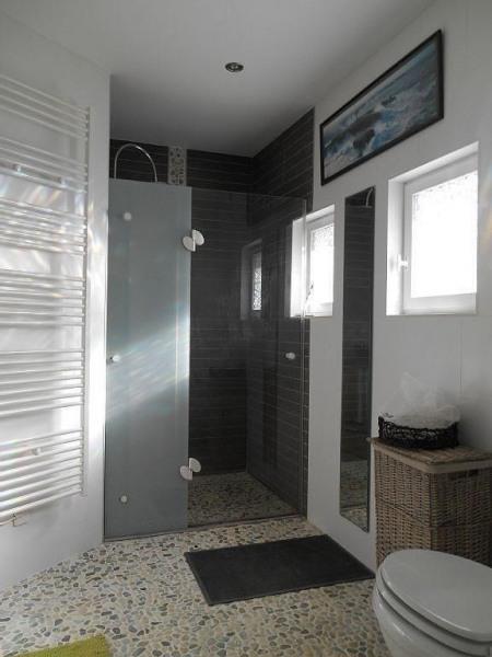 La salle de bain  du RDC avec sa douche à l'italienne