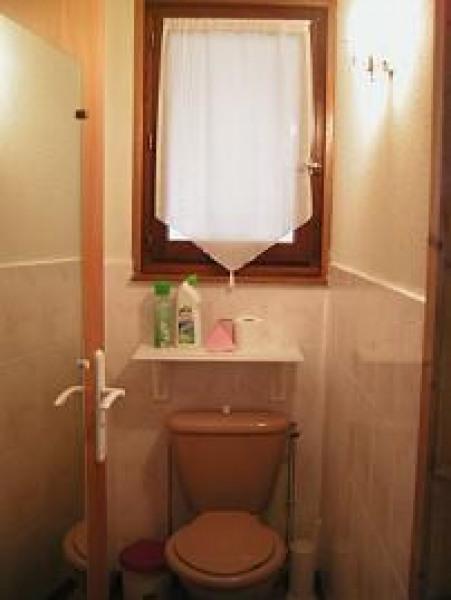 toilettes séparées avec fenêtre