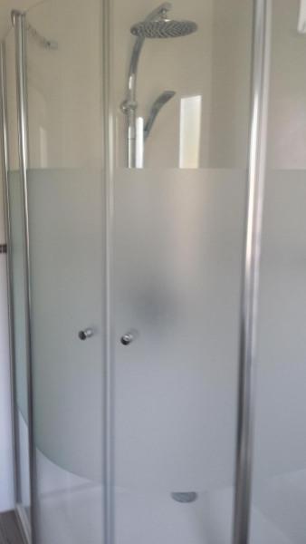 Une douche d'angle très spacieuse en quart de rond d'1 mètre de rayon