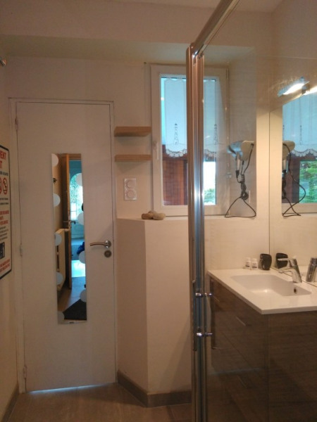 salle de bain 2 RDC entrée et sortie piscine