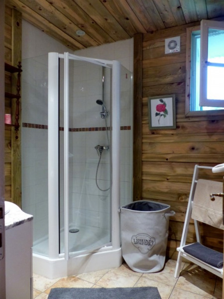 salle de douche aussi habillée de bois ,les WC sont séparés