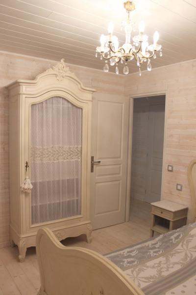 Chambre parentale : lit, armoire et chevets