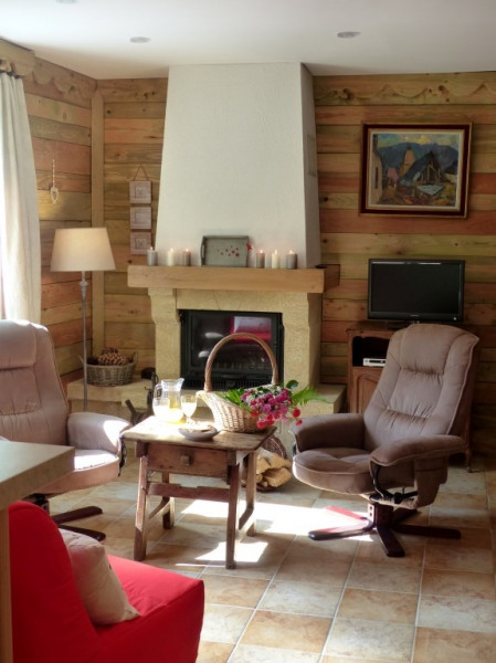 autre vue du salon très lumineux et confortable