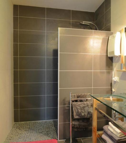 Une belle salle de bain fonctionnelle avec douche et baignoire