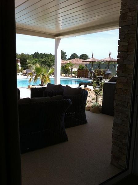 Salon sous pergola bio-climatique, côté piscine