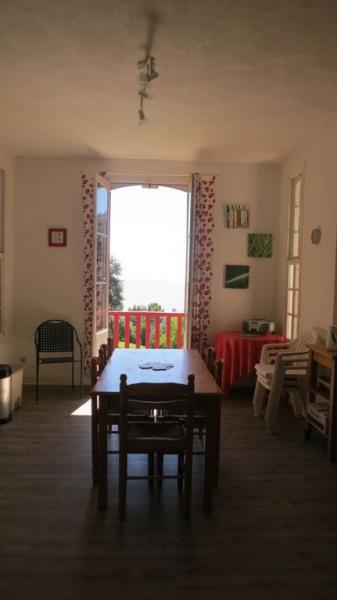 La cuisine avec vue sur la jardin, photo prise depuis l'entrée