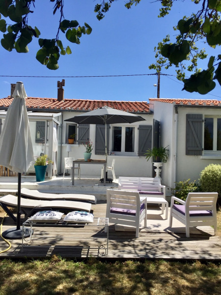 Maison côté terrasse et jardin