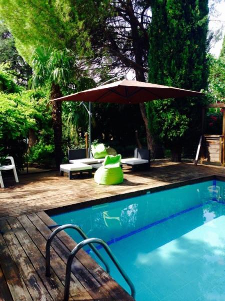 Coin salon à la piscine