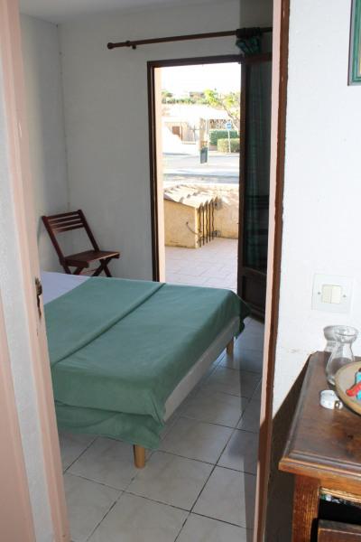 chambre du bas avec un lit en 140  donnant sur une terrasse
