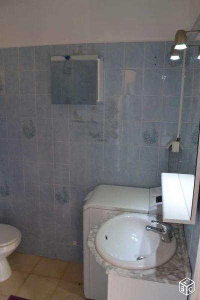 Salle de bain avec lave lige