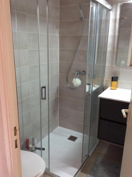 Salle de bains avec WC