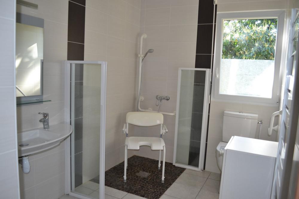 1ère salle d'eau rez de chaussée, accessibilité handicapé, cloisons pliables